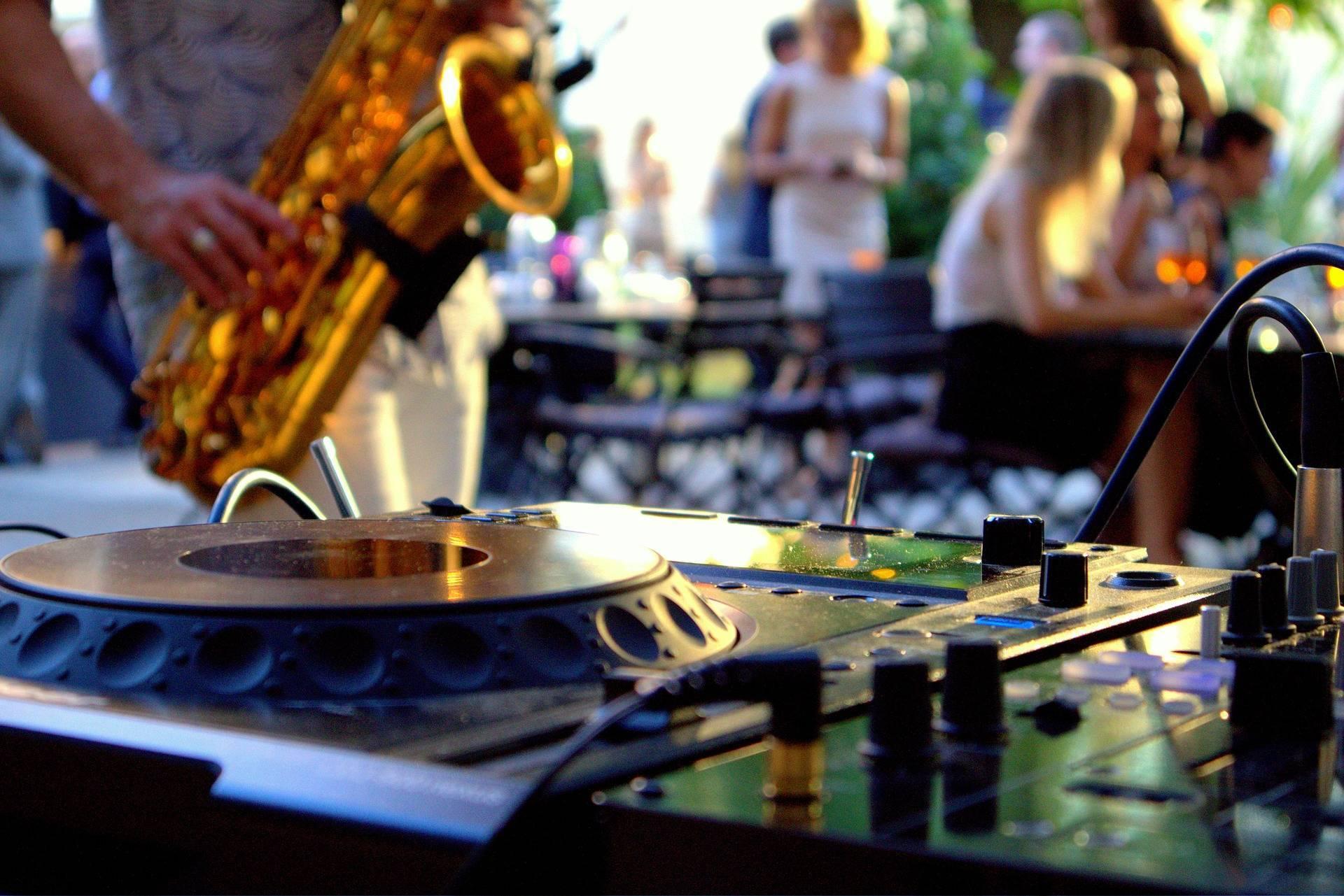 DJ + Saxofonist